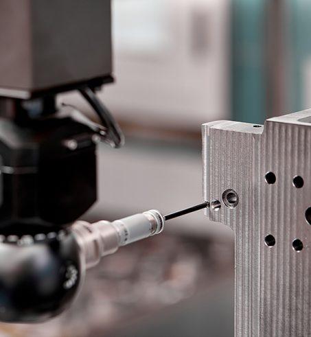 controllo di qualità di parti di precisione meccanica cnc